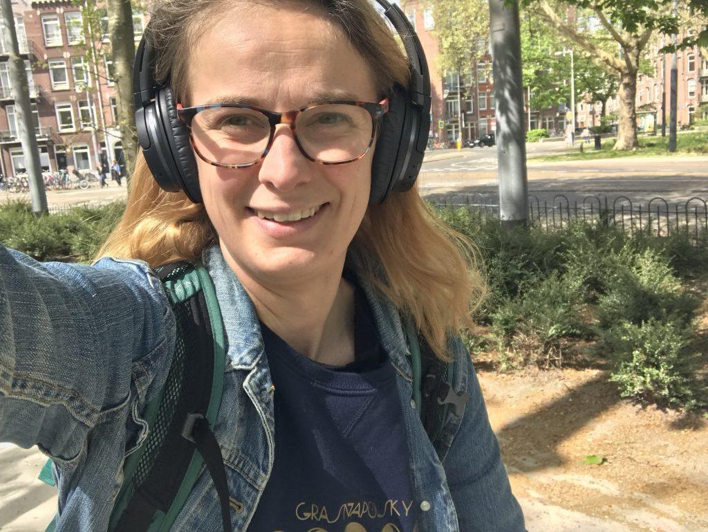 Veerle met noice canceling headphones